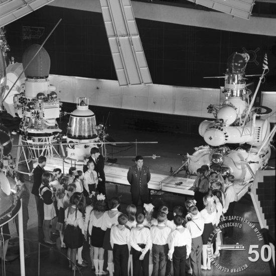 Летчик-космонавт СССР П.И. Климук в зале ракетной техники ГМИК им. К.Э. Циолковского рассказывает пионерам о своем полете.