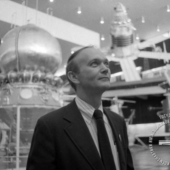 Директор Национального музея авиации и космонавтики в г. Вашингтоне (США) Майкл Коллинз в зале ракетной техники ГМИК им К.Э. Циолковского.