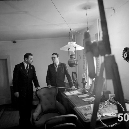 Летчик-космонавт СССР Г.М. Гречко в кабинете К.Э. Циолковского в Доме-музее ученого.