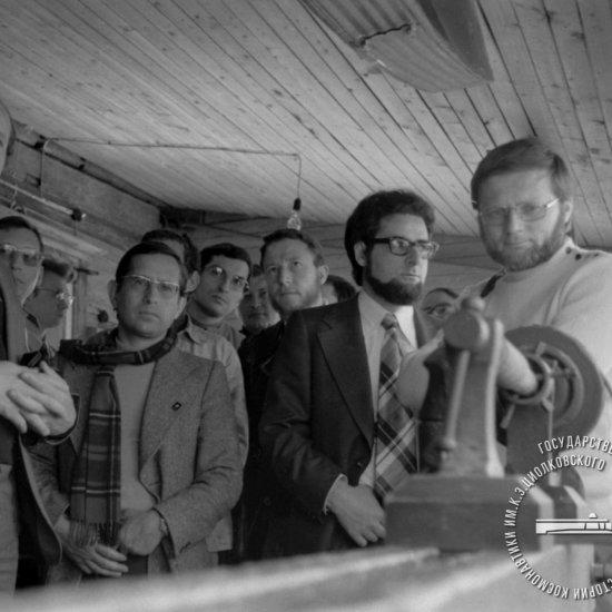 Участники советско-французского эксперимента «Снег-3» знакомятся с экспозицией Дома-музея К.Э. Циолковского.