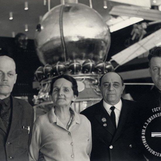 Ученый секретарь ГМИК им. К.Э. Циолковского В.С. Зотов с первыми летчиками и планеристами г. Калуги в зале ракетной техники музея.