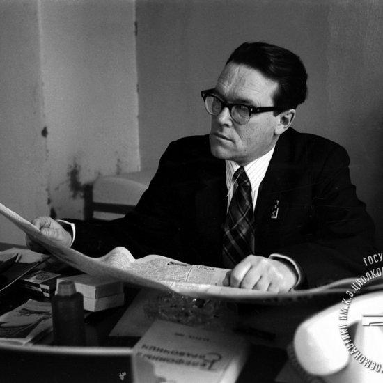 А.В. Костин, внук К.Э. Циолковского, заведующий Домом-музеем ученого, в рабочем кабинете.