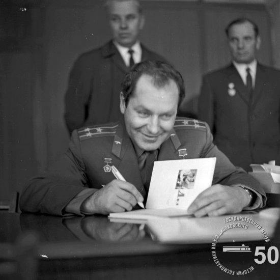 Летчик-космонавт СССР Г.С. Титов дает автографы в кабинете директора  ГМИК им. К.Э. Циолковского.