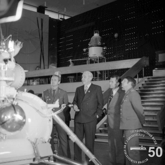 Летчики-космонавты СССР Джанибеков В.А., Глазков Ю.Н., Макаров О.Г. (слева направо) знакомятся с экспозицией зала ракетной техники ГМИК им. К.Э. Циолковского.