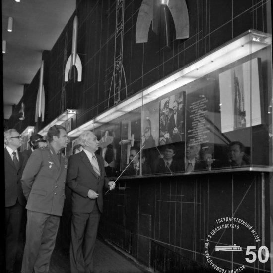 Летчик-космонавт СССР Шаталов В.А. в зале ракетной техники Государственного музея истории космонавтики знакомится с разделом экспозиции «Развитие ракетной техники в СССР с 1917 г. по 1945 г.»