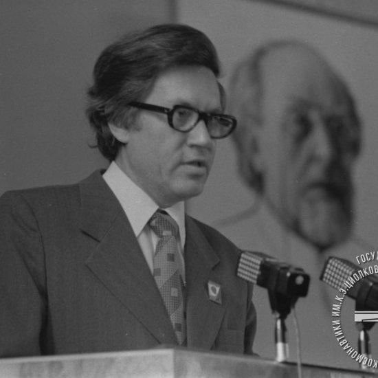 Лесков Л.В., доктор техн. наук, профессор, выступает с докладом «Перспективы космической индустрии будущего» на заключительном пленарном заседании XIII Чтений К.Э. Циолковского.