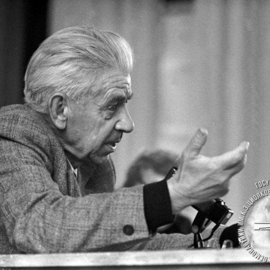 Любимов В.П., художник, выступает на симпозиуме «Отражение личности и идей К.Э. Циолковского в искусстве, литературе и журналистике» на XIV Чтениях К.Э. Циолковского.