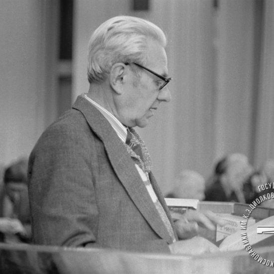 Мошкин Е.К., доктор технических наук, выступает с отчетом о работе секции «Проблемы ракетной и космической техники» на заключительном пленарном заседании XIV Чтений К.Э. Циолковского.