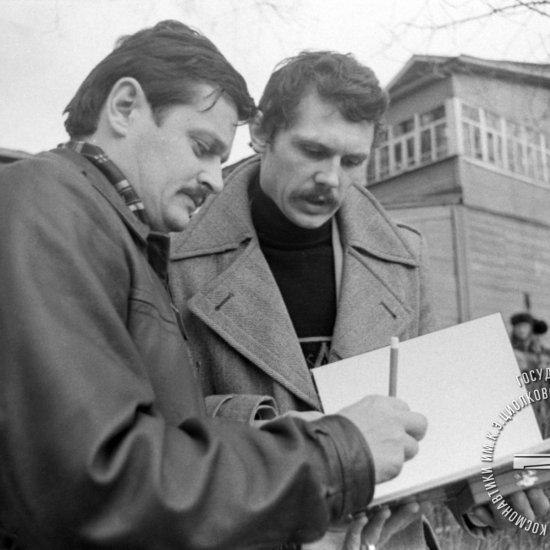 Граждане ВНР, члены основного и дублирующего экипажей космического корабля «Союз-36» Фаркаш Б. и Мадьяри Б. (справа налево) у Дома-музея К.Э. Циолковского.