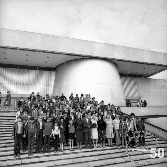 Участники слета школьных музеев космонавтики, проходившего в Калуге, у здания ГМИК им. К.Э. Циолковского.