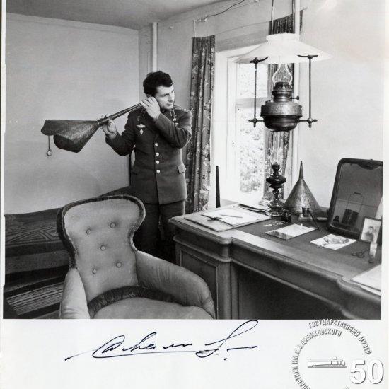 Летчик-космонавт СССР Ю.В. Малышев, командир КК «Союз Т-2», во время посещения Дома-музея К.Э. Циолковского.