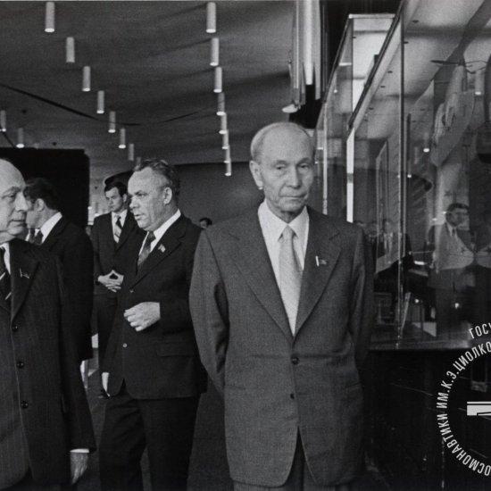 Председатель Президиума Верховного Совета СССР В.В. Кузнецов в Государственном музее истории космонавтики.