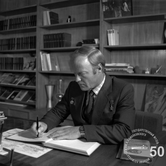 Летчик-космонавт СССР И.П. Волк делает запись в Книге Почетных посетителей ГМИК им. К.Э. Циолковского.