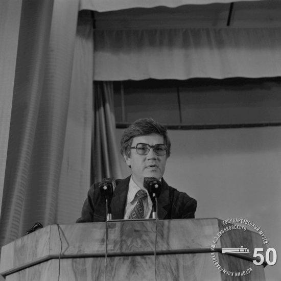 Доктор физ.-мат. наук, профессор Л.В. Лесков выступает   с докладом на Пленарном заседании 20-х Чтений, посвященных разработке научного наследия и развитию идей К.Э. Циолковского.