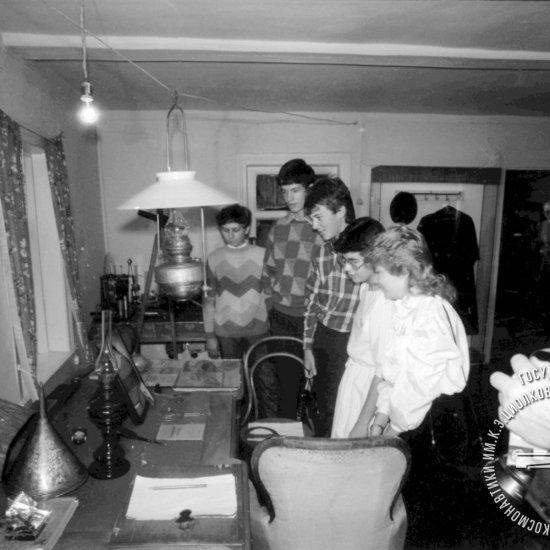 Члены Совета молодых астронавтов США осматривают кабинет К.Э. Циолковского в Доме-музее ученого.