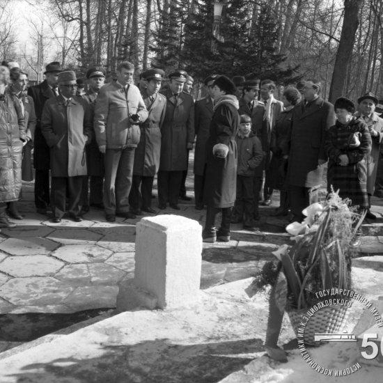 Зарубежные космонавты, участники конференции, посвященной 25-летию полета Ю.А. Гагарина, и сопровождающие их лица в парке К.Э. Циолковского у могилы ученого.