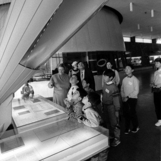 Члены клуба юных астронавтов при Национальном космическом центре (Япония) у макета ракеты К.Э. Циолковского в зале научной биографии ГМИК им. К.Э. Циолковского.