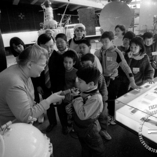 Юный астронавт (Япония) пробует космическое питание на экскурсии в ГМИК им. К.Э. Циолковского.