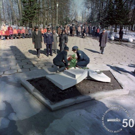 Летчик-космонавт СССР В.Д. Зудов (на втором плане в центре) у могилы К.Э. Циолковского.