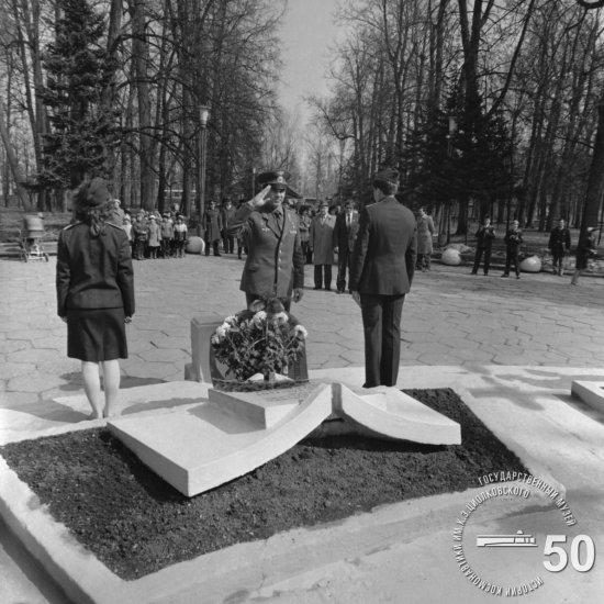 Летчик-космонавт СССР А.С. Викторенко после возложения цветов на могилу К.Э. Циолковского.