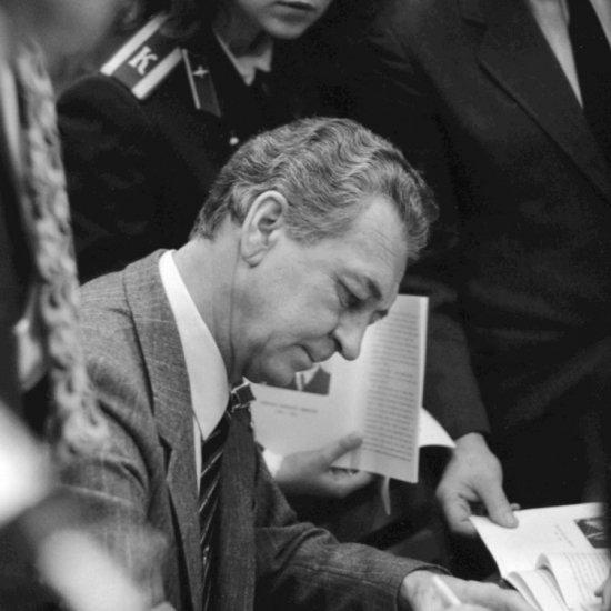 Летчик-космонавт СССР В.И. Севастьянов дает автографы после окончания вечера, посвященного памяти А.Л. Чижевского.