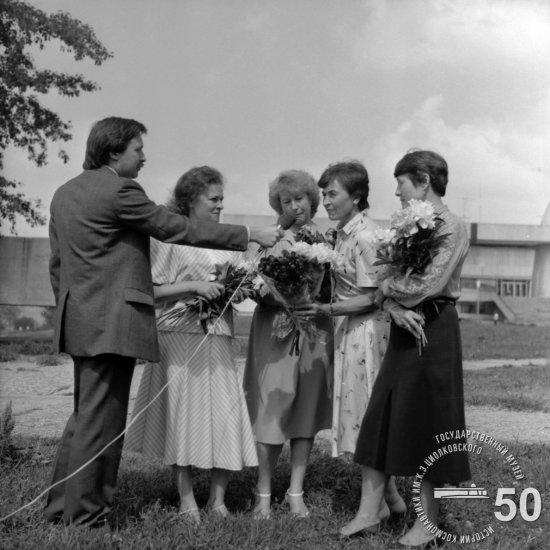 Члены первого женского отряда космонавтов у здания ГМИК им. К.Э. Циолковского.