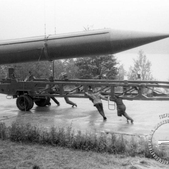 Установка боевой стратегической ракеты Р-12 на транспортировочную тележку.