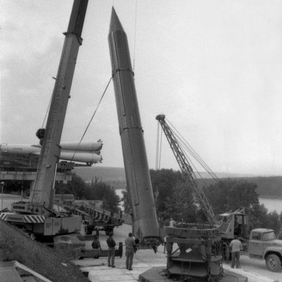 Подъем боевой стратегической ракеты Р-12 в вертикальное положение для установки на площадке у здания ГМИК им. К.Э. Циолковского.