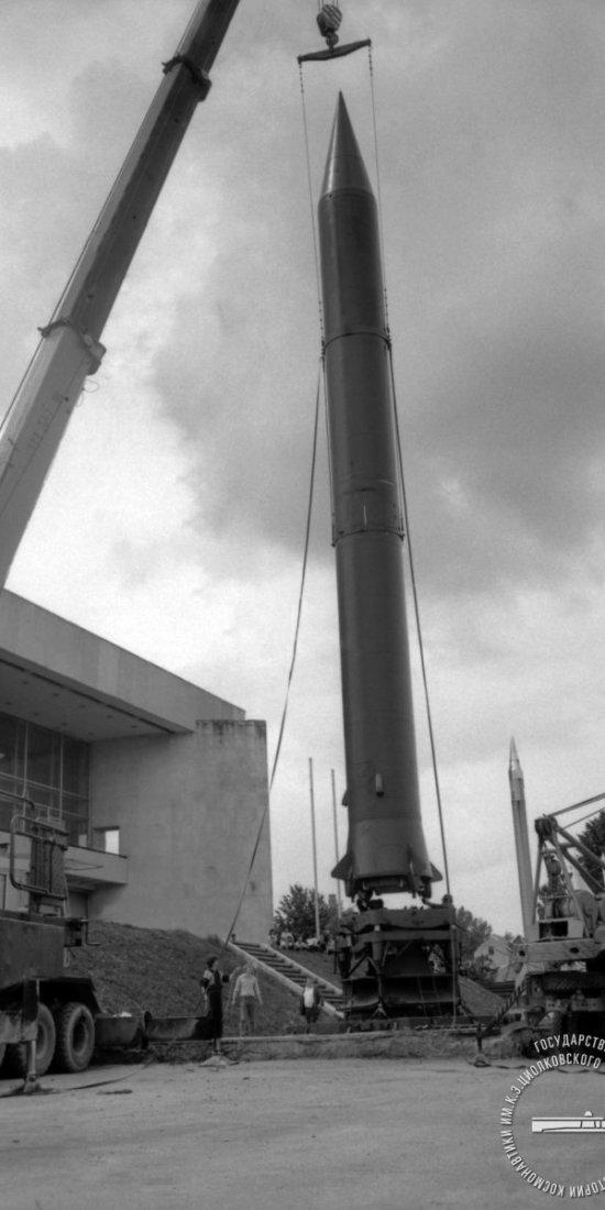 Установка боевой стратегической ракеты Р-12  на стартовый стол в качестве нового экспоната выносной экспозиции у здания ГМИК.