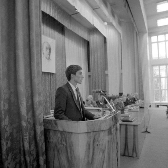 Летчик-космонавт СССР С.К. Крикалев выступает на пленарном заседании XXIV Чтений памяти К.Э. Циолковского.