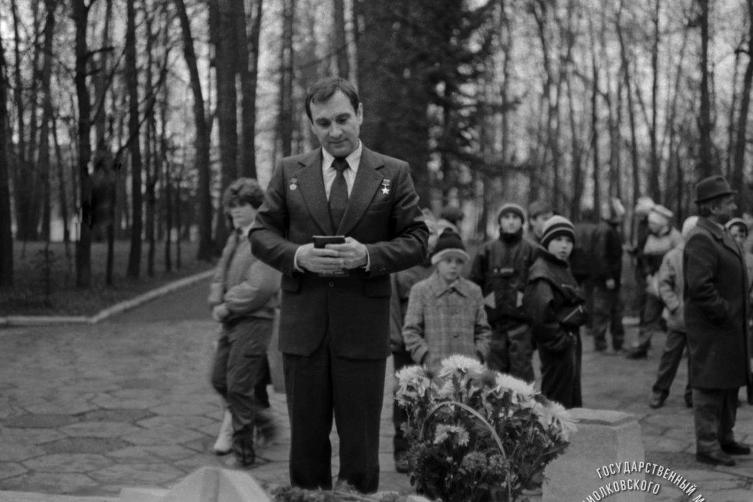 Космонавт СССР В.В. Поляков после возложения цветов на могилу К.Э.Циолковского в парке его имени.