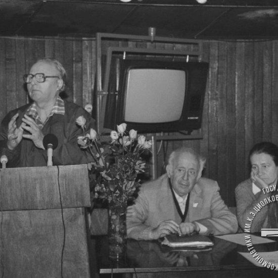 Сотрудник НПО «Энергия» Г.С. Ветров выступает на вечере воспоминаний «У истоков космической эры» в планетарии ГМИК.