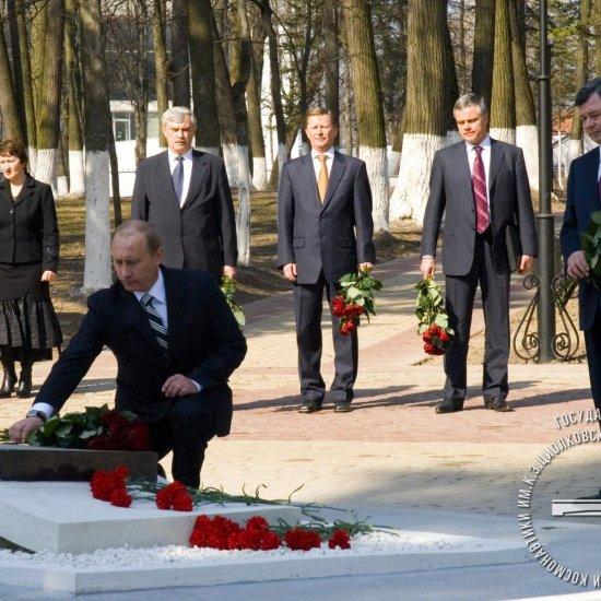 Президент России В.В. Путин возлагает цветы на могилу К.Э. Циолковского