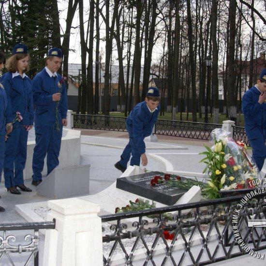 Юные космонавты возлагают цветы к могиле К.Э. Циолковского во время торжественных мероприятий, посвященных Дню авиации и космонавтики