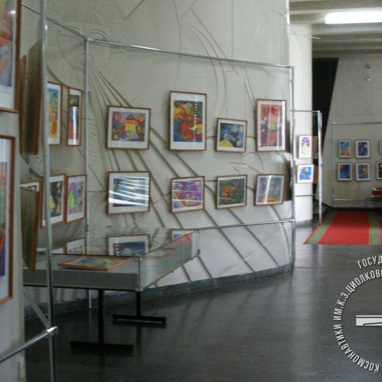 Общий вид выставки участников межрегионального конкурса изобразительного искусства среди детско-подростковых клубов и комнат школьника «Взгляд в космос»