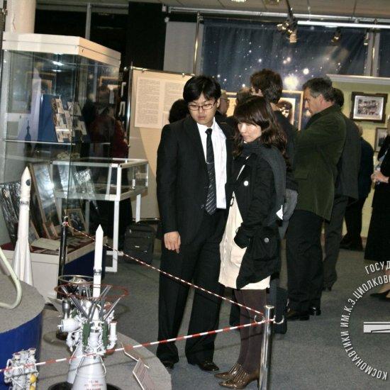 Посетители на выставке «Осуществление мечты», посвященная 100-летию академика В.П. Глушко