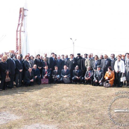 Главы дипломатических представительств на фоне ракеты Восток