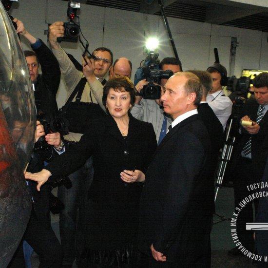 Президент России В.В. Путин во время посещения ГМИК им. К.Э. Циолковского