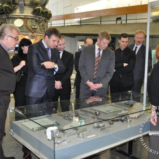 Посол Латвии Эдгарс Скуя с делегацией в зале истории ракетной техники.