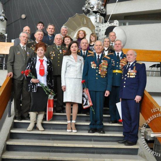 Ветераны ракетно-космической отрасли и космодрома Байконур на встрече в музее истории космонавтики.