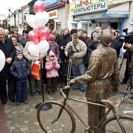 Открытие скульптурной композиции «Грезы о небе» (К.Э. Циолковский с велосипедом) на ул. Театральная.
