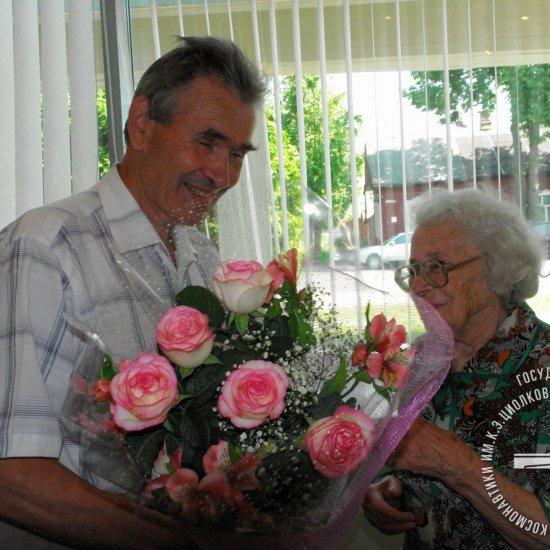 Директор музея Е.Н. Кузин поздравляет с 90-летним юбилеем бывшую сотрудницу музея В.В. Казакевич.