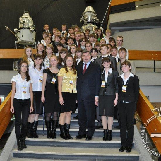 Губернатор Калужской области со школьниками в музее истории космонавтики.
