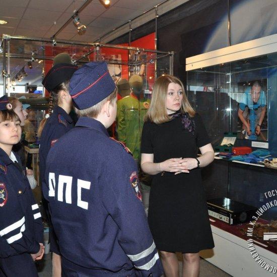 Экскурсию по выставке «Один день космонавта» ведет заведующая отделом истории ракетно-космической техники И.В. Селюнина.