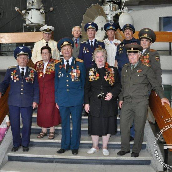 Ветераны Байконура в музее.