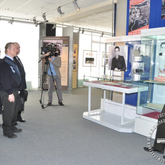 Заведующий сектором музея И.С. Левашов выступает на открытии выставки «Один из Совета Главных», посвященной 100-летию со дня рождения В.И. Кузнецова.
