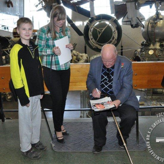 Летчик-космонавт, Герой Советского Союза И.П. Волк дает автографы сотрудникам музея.