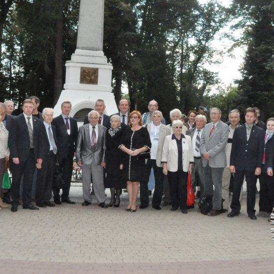 Участники юбилейных, 50-х Научных чтений памяти К.Э. Циолковского у могилы ученого.
