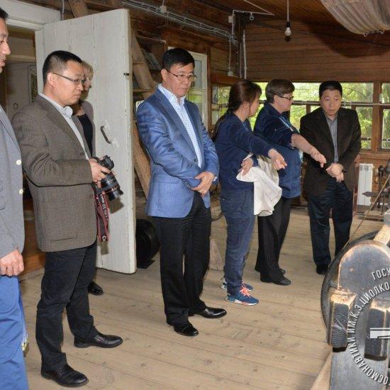 Первый китайский космонавт Ян Ливэй и члены китайской делегации в Доме-музее К.Э. Циолковского.