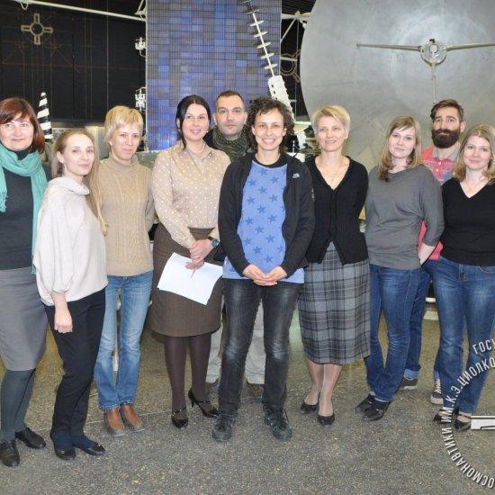 Певица Юлия Чичерина (в центре) с сотрудниками ГМИК им. К.Э. Циолковского.